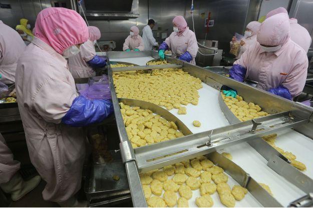 Des employés de l'usine Husi Food factory, le 20 juillet.