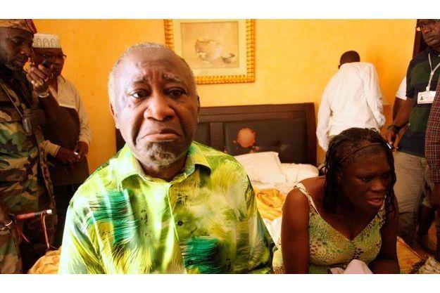 Entourés de leurs vainqueurs et visiblement molestés, Laurent Gbagbo et sa femme Simone ont été confinés dans la suite 468 de l'hôtel du Golf.