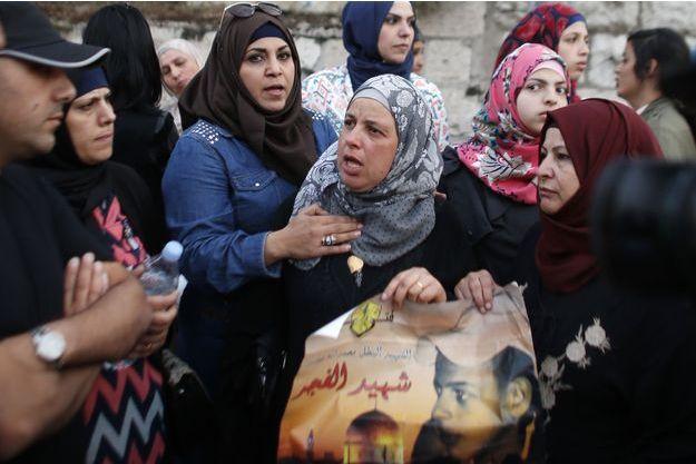 Suha, la mère de Mohammed Abou Khdeir, a manifesté mardi 3 mai 2016 à Jérusalem, devant le tribunal qui a condamné le meurtrier de son fils.