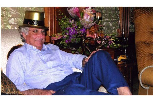 De l'or jusque sur le chapeau. Le 31 décembre 2004, au large de Palm Beach, en Floride, Bernard Madoff célèbre le réveillon sur «The Betty», le luxueux bateau de Norman F. Levy, qu'il considère comme son père adoptif.