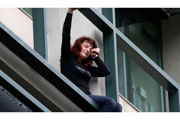 Mercredi, une employée de l'Organisation des travailleurs du logement a tenté de mettre fin à ses jours en plein centre-ville d'Athènes.