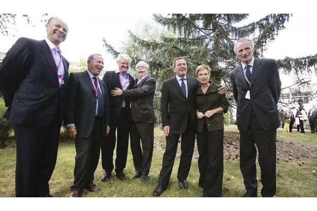 Réunion des patrons du Medef à Jouy-en-Josas.  De g. à dr., Christopher Viehbacher (Sanofi), Charles Edelstenne (Dassault), Baudouin Prot (BNP-Paribas), Christophe de Margerie (Total), Gerhard Schröder (ex-chancelier), Laurence  Parisot (patronne  du Medef), Jean-Dominique Senard (Michelin).
