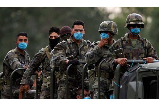 Au Mexique, des soldats équipés de masques médicaux ont été déployés.