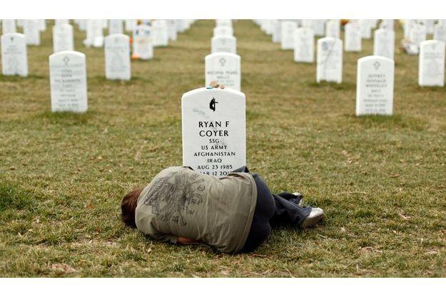Lesleigh Coyer devant la tombe de son frère Ryan.
