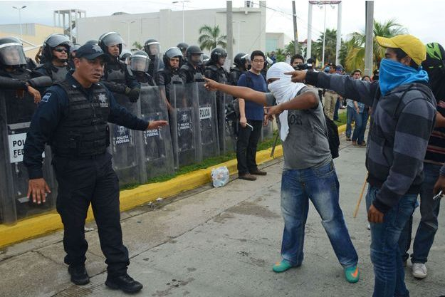 Des manifestants face à des policiers fédéraux à Iguala le mois dernier.