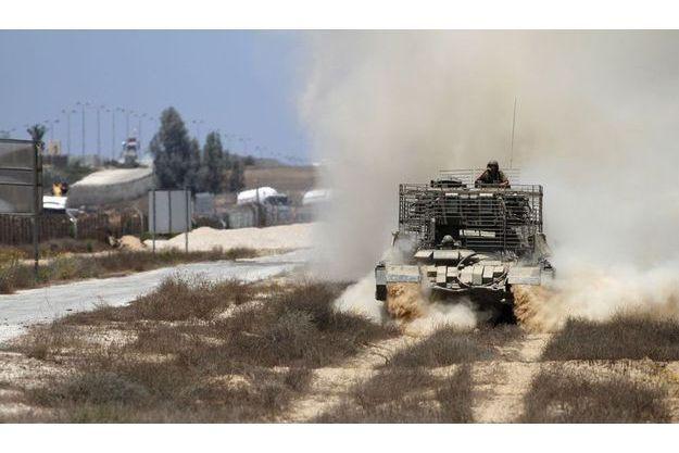Un blindé israélien patrouille à la frontière avec l'Egypte.