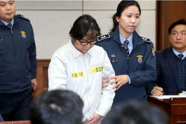 """Choi Soon-Sil, appelée par la presse """"Raspoutine au féminin"""", a comparu devant le tribunal."""