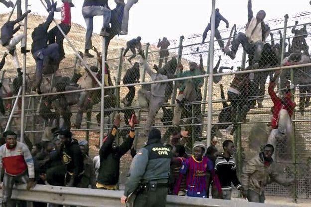 Mardi 18 mars, 8 heures du matin. La Guardia Civil est débordée. Pour ceux qui sont accrochés à la première barrière, l'épreuve finale commence. Pour les autres, arrivés à la glissière de sécurité, c'est la victoire. L'un d'eux remercie le ciel.