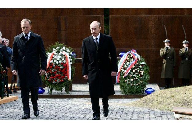 Le Premier ministre polonais Donald Tusk, et son homologue russe, Vladimir Poutine, lors d'une commémoration du massacre de Katyn, le 7 avril dernier. Ce fut la première fois dans l'histoire qu'un représentant russe de si haut rang assistait à cette cérémonie.