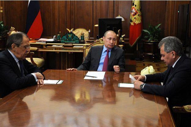 Vladimir Poutine avec le ministre des Affaires étrangères Sergei Lavrov et le ministre de la Défense Serguei Shoygu.
