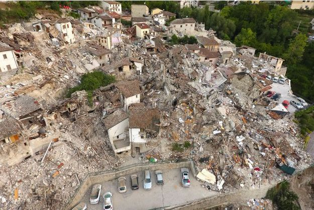 Le séisme a laissé des villages en ruines