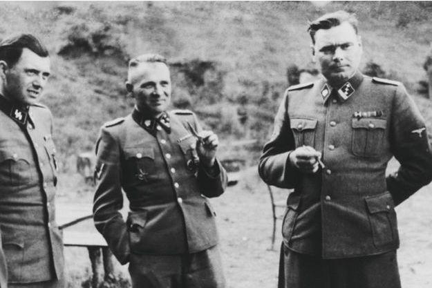 Le commandant Rudolf Hoess entouré des pires criminels de l'Histoire, à gauche, le Dr Mengele, responsable des expérimentations médicales sur les déportés, à droite, Josef Kramer, « la bête de Belsen ».
