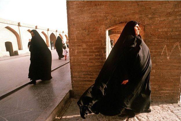 Des femmes voilées marchent dans une rue de Téhéran, en Iran (image d'illustration).
