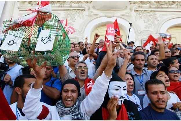 Des manifestants à Tunis, mercredi, qui marquait le deuxième anniversaire de l'arrivée d'Ennahda au pouvoir.