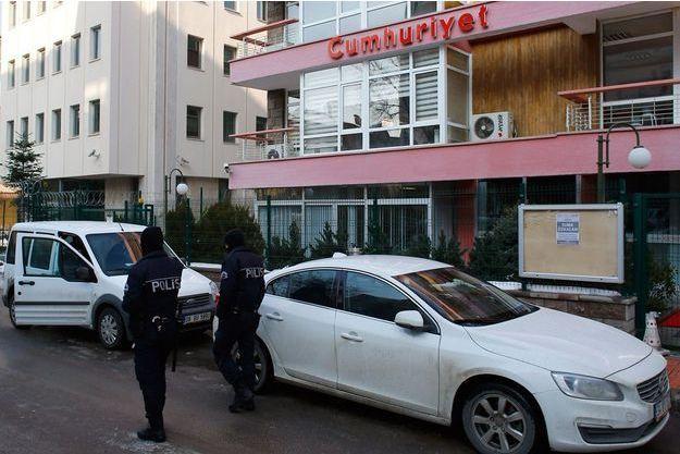 Les autorités turques devant les locaux de «Cumhuriyet», après la parution mercredi 14 janvier.