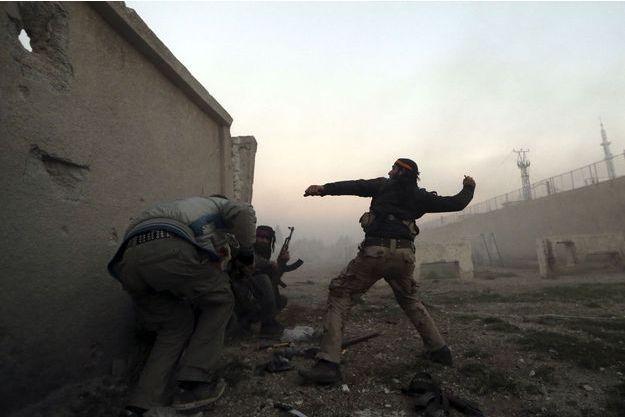 Des rebelles syriens se battent près de Damas.