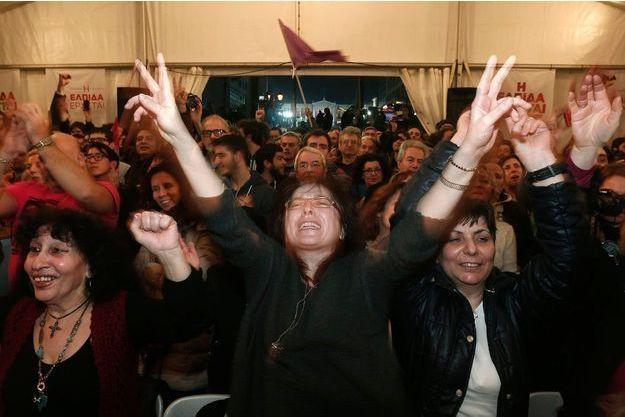 Les électeurs du parti de gauche radicale grec Syriza exultent, au QG du parti à Athènes.