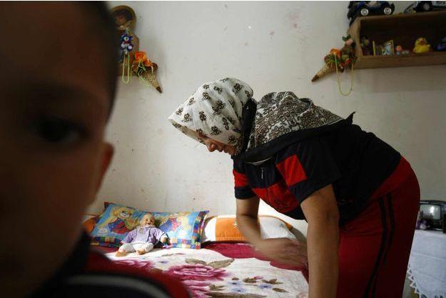 Une femme abusée par son mari accueillie dans un centre à Alger avec son fils en 2007 (photo d'illustration).
