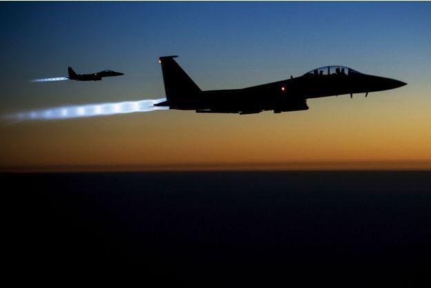 Deux F-15 américains survolent le nord de l'Irak,  à l'aube du 23septembre. Ils viennent de bombarder des bases de Daesh en Syrie.