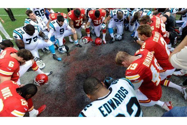 Les coéquipiers de Jovan Belcher et les Carolina Panthers lui ont rendu hommage après le match de dimanche.