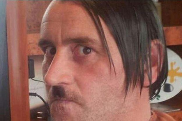 Lutz Bachmann grimé en Adolf Hitler.