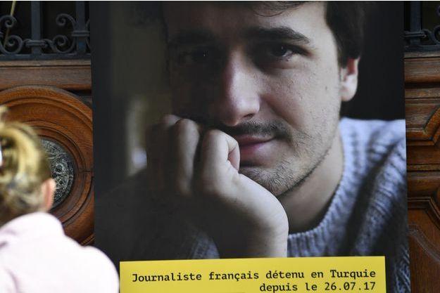 Le journaliste français Loup Bureau doit rentrer en France samedi soir.