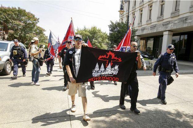 Des partisans du Ku Klux Klan manifestent en juillet 2015 en Caroline du Sud.