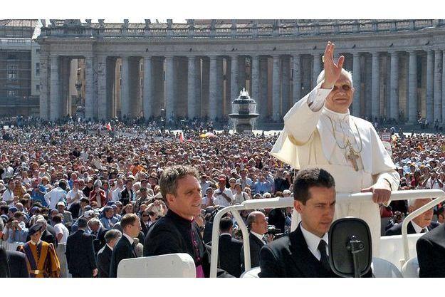 Paolo Gabriele accompagnait toujours Benoît XVI dans la papamobile.