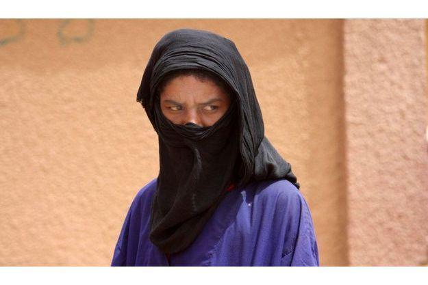 Mai 2010: un Touareg attend devant un dispensaire médical Niger dans la ville malienne de Gao. Membre de la tribu des Ifoghas (berbère), ce Touareg a le teint plus clair que les autres Maliens.