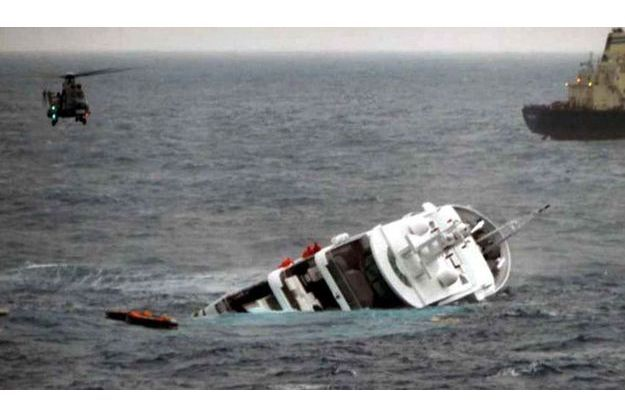 Le « Yogi », le  « super yacht » de Stéphane Courbit en train de sombrer dans les profondeurs de la mer Egée, hier vendredi.