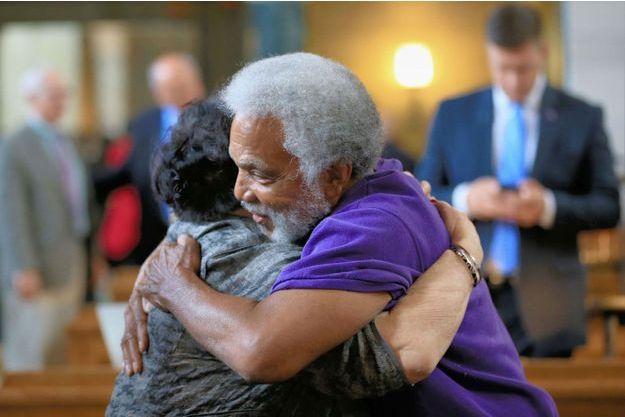 Les sénateurs Kathy Campbell et Ernie Chambers se serrant dans les bras à l'issue du vote.