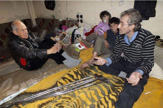 Le père Frans, à gauche, rend visite à une famille dans la ville assiégée de Homs, le 30 janvier dernier. Quelques jours auparavant, il avait publié un appel à l'aide sur YouTube, pour dénoncer les conditions de vie dans la ville martyre de la Syrie.