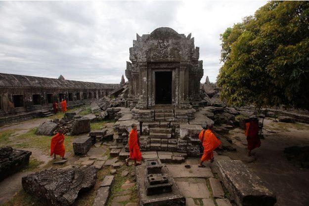 Des moines bouddhistes sillonnent le célèbre temple.