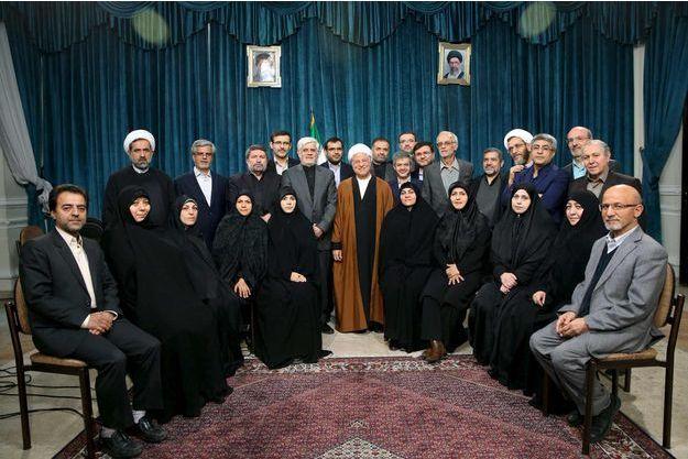 L'ancien président iranien Ali Akbar Hashemi Rafsanjani (au centre), l'ancien vice-président Mohammad Reza Aref et un groupe de réformistes à Téhéran le 22 février.
