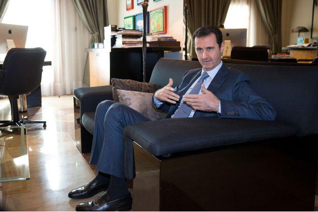 Samedi 29 novembre, dans un des bureaux du président syrien, à Damas. Rien ne laisse présager la guerre civile qui se joue au dehors. Sauf des dessins, ceux d'orphelins de soldats réguliers tombés sous le coup d'attentats «terroristes», mêlés à ceux de ses propres enfants.