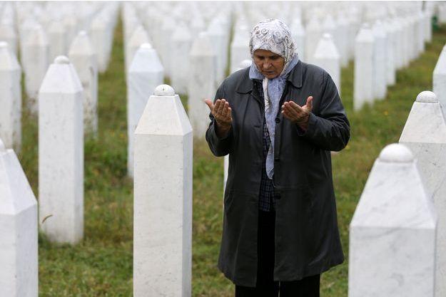 Hatidza Mehmedovic se recueille devant les tombes de ses deux fils et de son mari à Potocari, en octobre 2016.