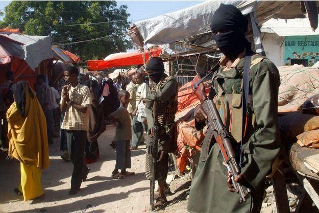 Des militants chebab montent la garde à Mogadiscio, en Somalie, en décembre 2008.