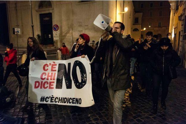 """Le 5 décembre, dans les rues de Rome, après la victoire du """"non"""" au référendum."""