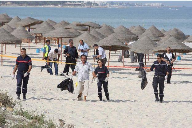 Des policiers ratissant la plage de Sousse.