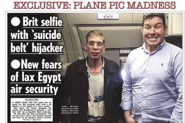 Le selfie pris par Ben Innes avec le preneur d'otages en Une du Sun