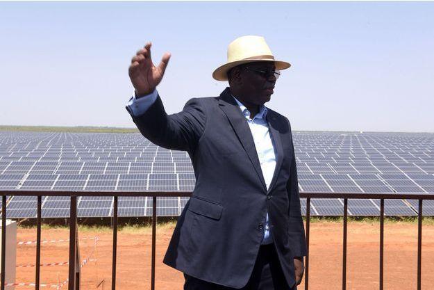 Le président du Sénégal Macky Sall devant la centrale solaire