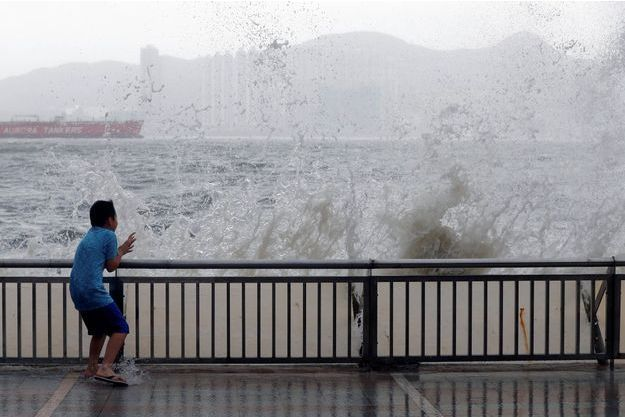 Le typhon Hato déferle sur Hong Kong.