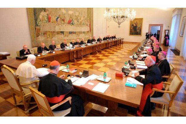 Le pape Benoît XVI en présence des 24 évêques irlandais qu'il a convoqué.
