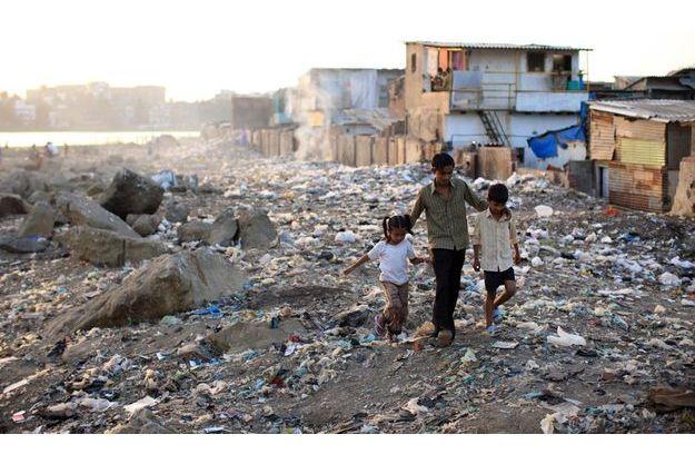Pour jouer, ils n'ont qu'un terrain vague pollué. En fin d'après-midi, après un jeu de cricket, Ash, 13 ans, ramène Lal, 8 ans, et Asmin, 6 ans...  à la maison. Comme le héros de «Slumdog», ils font partie de la minorité musulmane (5 %) du bidonville. A droite, les maisons les plus «riches» : construites en dur, certaines ont même un étage. Au fond, une zone marécageuse, puis un quartier bourgeois où se trouve l'hôtel Marriott qui a accueilli l'équipe de tournage.
