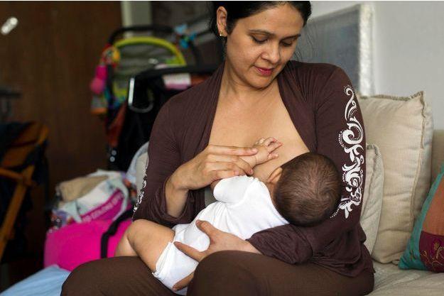 A Caracas, Maria Abreu, une jeune maman vénézuelienne allaite son bébé.