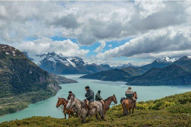 Sebastian au fond à gauche, et son équipe, sur la péninsule Antonio Varas, au sud du parc national Torres del Paine.