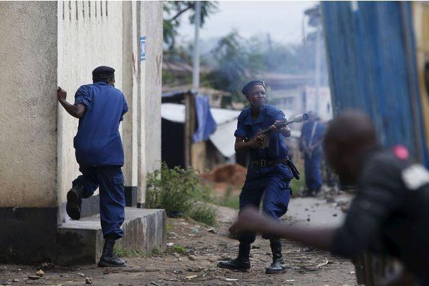 Des policiers face à des manifestants ce mercredi.
