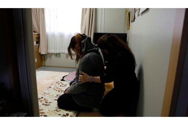 Kansho Aizawa pratique un rituel d'exorcisme sur une jeune femme hantée par la tragédie.