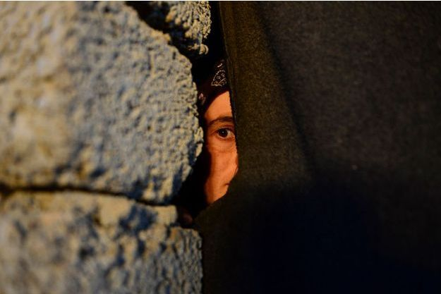 Elle ne veut pas dire son nom. Elle a 27 ans, elle est mariée. Violée dans sa prison de Hull, en Syrie, puis dans celle de Mossoul, en Irak, elle est parvenue à rejoindre Zakho, la dernière ville avant la frontière turque.