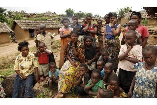 Gisèle, 20 ans. Vendredi 3septembre 2010, vêtue d'un pagne jaune, assise, elle pose une main sur sa joue en signe de tristesse, comme tous autour d'elle. Violée une première fois dans son village d'origine, Gisèle venait de se réfugier à Luvungi quand d'autres barbares ont abusé d'elle.